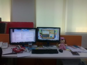 Gyahahaha, inilah meja kerja gw sekarang
